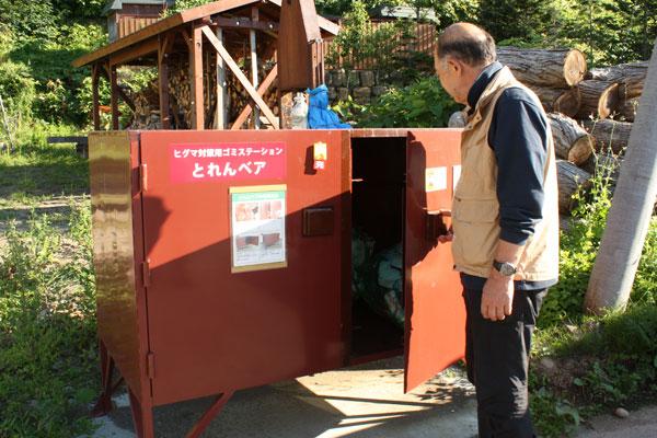 ヒグマに荒らされないよう、特別な構造を持つクマ対策ゴミステーション